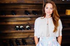 Een jonge succesvolle vrouw winemaker Royalty-vrije Stock Foto