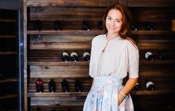 Een jonge succesvolle vrouw winemaker Stock Foto