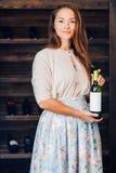 Een jonge succesvolle vrouw winemaker, zakenman Royalty-vrije Stock Fotografie