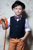 Een jonge tovenaar met bruin riet Een jongen draagt een licht overhemd royalty-vrije stock afbeeldingen