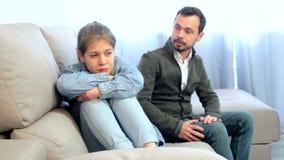 Een jonge vader die met zijn dochter thuis vechten stock videobeelden