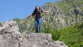 Een jonge vrouw beklom de rots stock footage