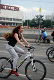 Een jonge vrouw berijdt een gal en glimlacht Royalty-vrije Stock Fotografie