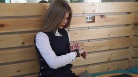 Een jonge vrouw controleert hoeveel kilometers zij in een dag op slimme horloges overging stock video