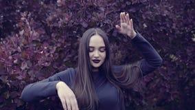 Een jonge vrouw danst voor de camera stock videobeelden