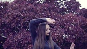 Een jonge vrouw danst voor de camera stock footage