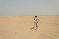 Een Jonge Vrouw in de woestijn Stock Afbeelding