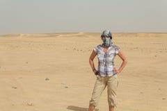 Een Jonge Vrouw in de woestijn Stock Foto