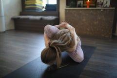 Een jonge vrouw die Ashtanga-yoga uitoefenen stock foto