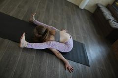 Een jonge vrouw die Ashtanga-yoga uitoefenen royalty-vrije stock afbeeldingen