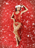 Een jonge vrouw die in de rode lingerie van Kerstmis legt Royalty-vrije Stock Afbeeldingen