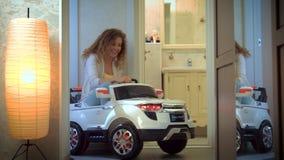 Een jonge vrouw die een elektrische auto berijden stock videobeelden