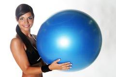 Een jonge vrouw die in een gymnastiek uitwerkt Stock Fotografie