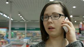 Een jonge vrouw die een opslag bezoeken stock footage