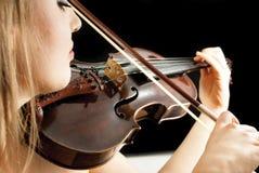 Een jonge vrouw die een viool speelt Royalty-vrije Stock Afbeeldingen