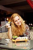 Een jonge vrouw die lunch hebben bij koffie het lachen Stock Fotografie