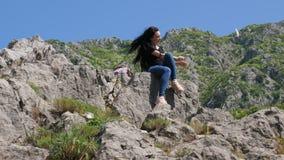 Een jonge vrouw die selfie op de rotsen doen stock footage