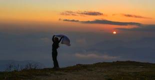 Een jonge vrouw die zich op berg bevinden royalty-vrije stock foto's