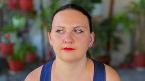 Een jonge vrouw doet oefeningen met zich zijn ogen net het bewegen links en stock footage