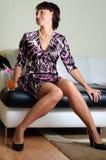 Een jonge vrouw in een woonkamer Stock Foto