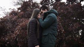 Een jonge vrouw en een jonge man zien elkaar onder ogen stock footage