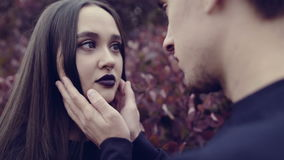 Een jonge vrouw en een jonge man zien elkaar onder ogen stock videobeelden