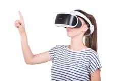 Een jonge vrouw gebruikt een 3D virtuele die werkelijkheidshoofdtelefoon, op een witte achtergrond wordt geïsoleerd Een meisje in Royalty-vrije Stock Afbeelding
