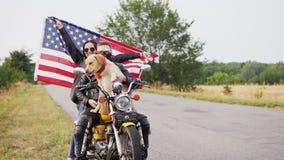 Een jonge vrouw is gelukkig golvend een grote Amerikaanse vlag stock footage