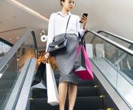 Een jonge vrouw geniet het winkelen van concept bij warenhuis royalty-vrije stock afbeelding