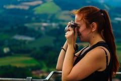 Een jonge vrouw heeft pret met een analoge camera Royalty-vrije Stock Fotografie