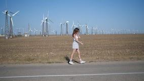 Een jonge vrouw loopt op het gebied stock footage