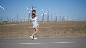 Een jonge vrouw loopt op het gebied stock videobeelden