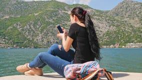 Een jonge vrouw maakt een grappige selfie stock videobeelden