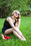 Een jonge vrouw met een glimlach op aard Stock Foto