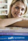 Een jonge vrouw met haar boeken Royalty-vrije Stock Fotografie
