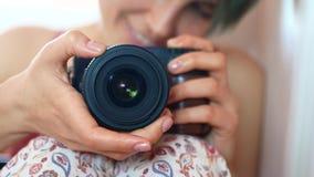 Een jonge vrouw neemt zich aan de camera door een spiegel stock videobeelden