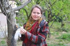 Een jonge vrouw snijdt boomtakken af Rusland Royalty-vrije Stock Fotografie