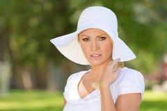 Een jonge Vrouw van de Blonde buiten Royalty-vrije Stock Foto's
