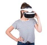Een jonge vrouw in virtuele die glazen, op een witte achtergrond wordt geïsoleerd Videospelletjesimulatie, 3d visietechnologie Royalty-vrije Stock Afbeelding