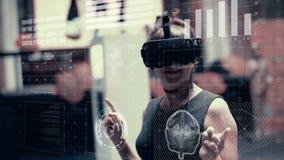 Een jonge vrouw in virtuele werkelijkheidsglazen gebruikt een futuristische holografische interface stock video