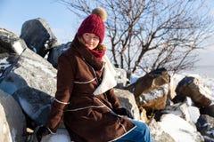 Een jonge vrouw in warme laag stock foto