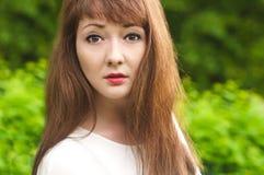 Een jonge vrouwelijke close-up op groen Royalty-vrije Stock Afbeeldingen
