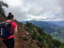 Een jonge vrouwelijke wandelaar begint op haar stijging door de valleien en de bergen van de Andes stock foto's