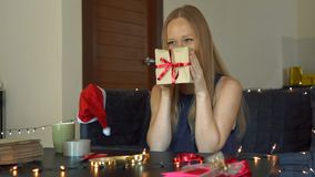 Een jonge vrouwenverpakking stelt voor Heden in ambachtdocument wordt verpakt met een rood en gouden lint voor Kerstmis of nieuw  stock video