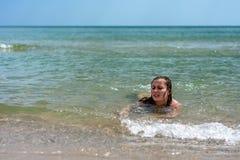 Een jonge vrouwenzeilen op de golven van de Zwarte Zee stock fotografie