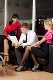 Een jonge zakenman met een collega in het bureau Stock Afbeeldingen