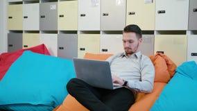 Een Jonge Zakenman Using Laptop binnen stock foto