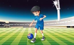 Een jongen bij gebied die bal met vlag van Australië gebruiken Royalty-vrije Stock Foto