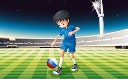 Een jongen bij gebied die bal met vlag van Nederland gebruiken royalty-vrije illustratie