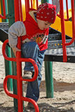 Een jongen bij speelplaats Stock Afbeelding